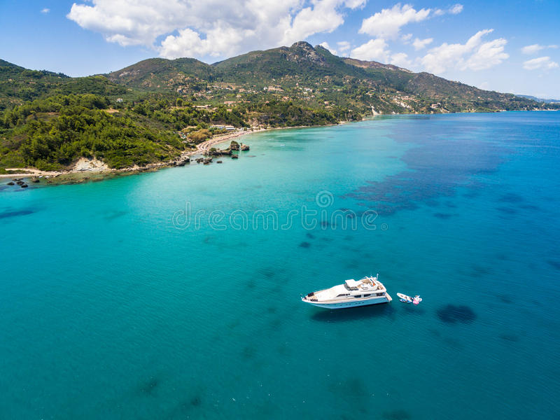 Vue aérienne d'un amarrage de bateau en plage de Porto Zorro Azzurro dedans photographie stock