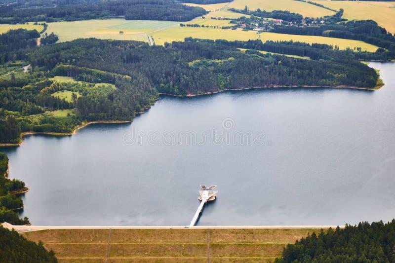 Vue aérienne d'un barrage de rivière de Zelivka dans la République Tchèque photographie stock libre de droits