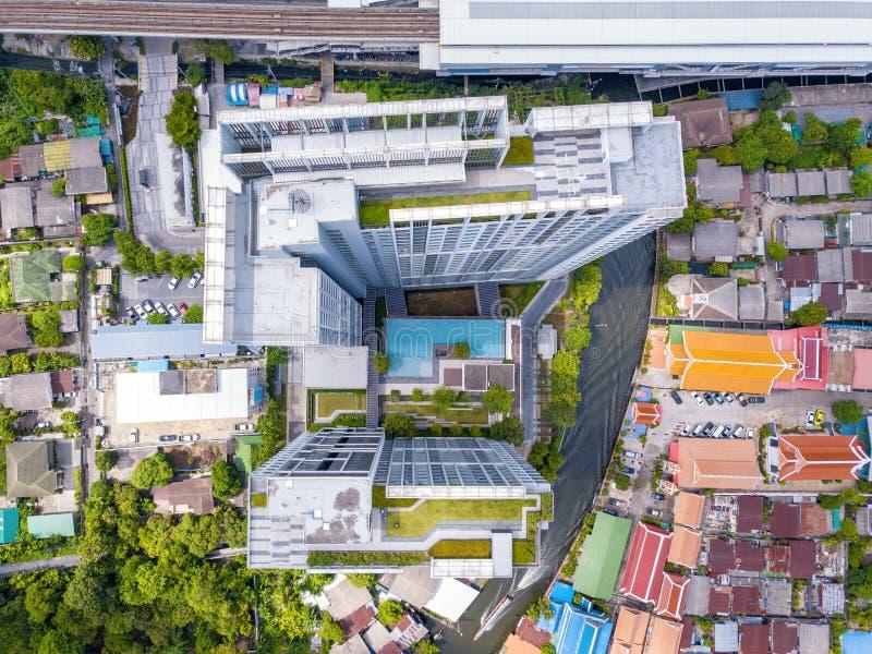 Vue aérienne d'un condominium avec la piscine et le jardin de ciel Dessus du bâtiment résidentiel ayant beaucoup d'étages d'archi images libres de droits