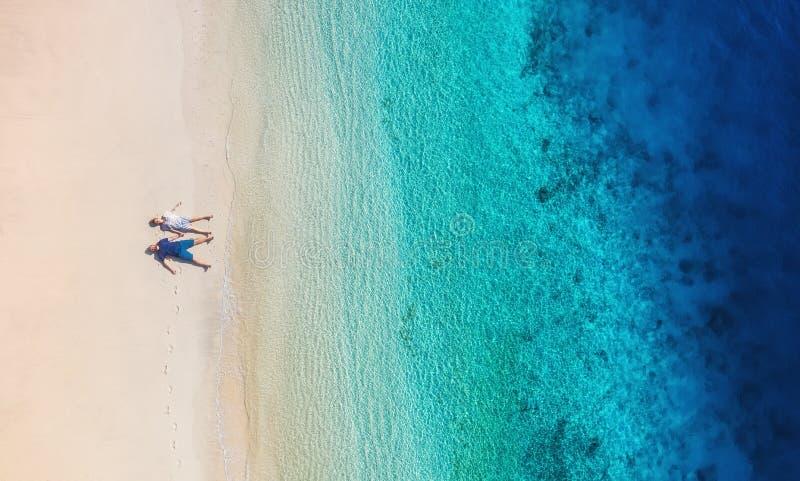 Vue aérienne d'un couple de personnes sur la plage sur Bali, Indonésie Vacances et aventure L'eau de plage et de turquoise Vue su image stock