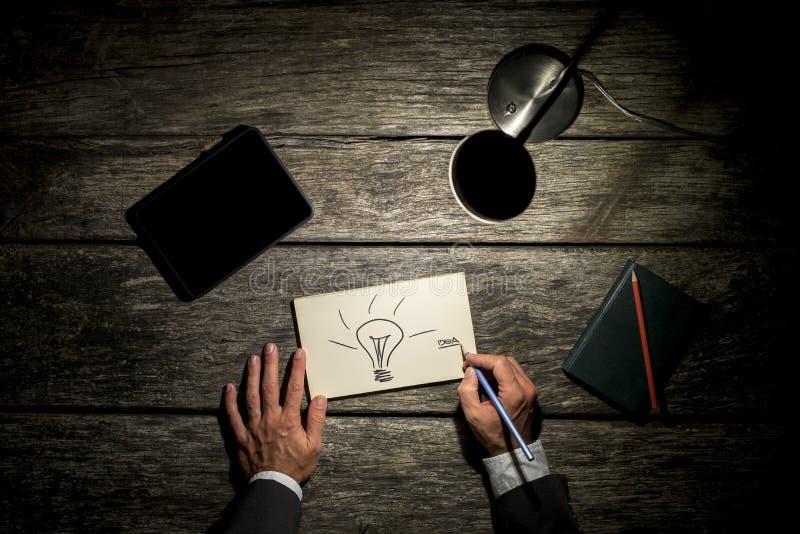 Vue aérienne d'un homme d'affaires travaillant tard à sa table à côté de images stock