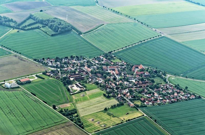 Vue aérienne d'un petit avion 900 mètres au-dessus de niveau de la mer d'une banlieue de village de Salzgitter, Allemagne photo libre de droits