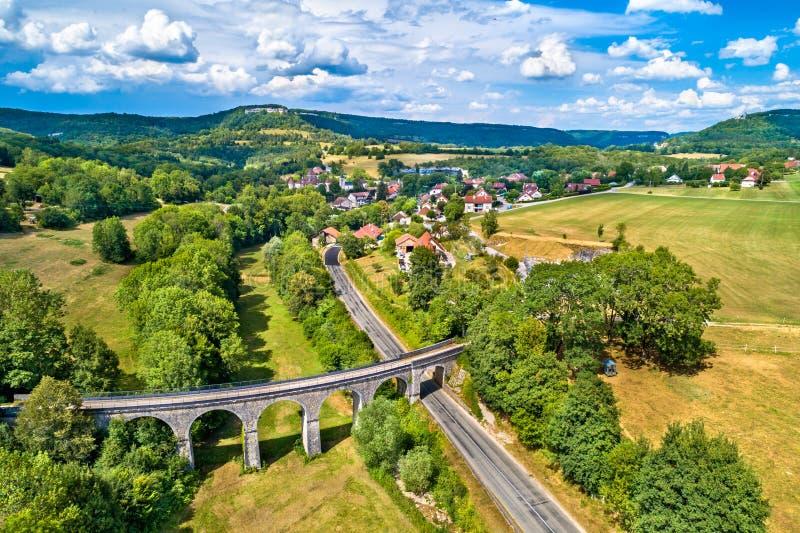 Vue aérienne d'un vieux viaduc ferroviaire dans Cleron, un village dans les Frances images libres de droits
