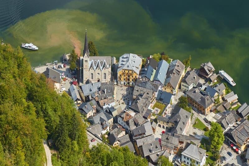 Vue aérienne d'un village de Hallstatt avec un lac en Autriche images libres de droits