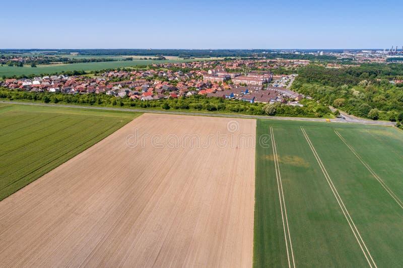 Vue aérienne d'une banlieue sur les périphéries de Wolfsbourg en Allemagne, avec les maisons en terrasse, les maisons mitoyennes  photo libre de droits