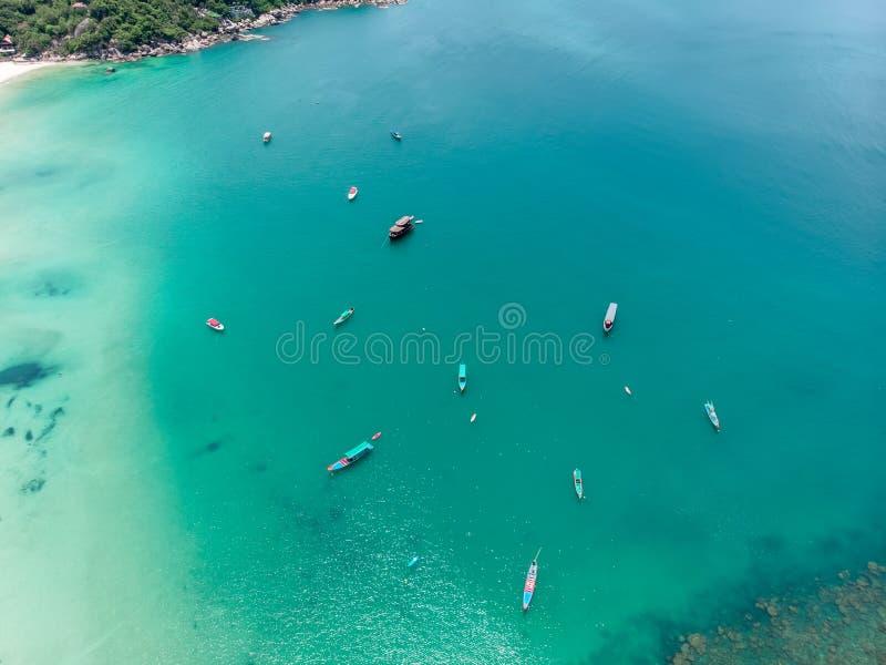 Vue aérienne d'une belle baie avec des bateaux de pêche en Thaïlande image libre de droits