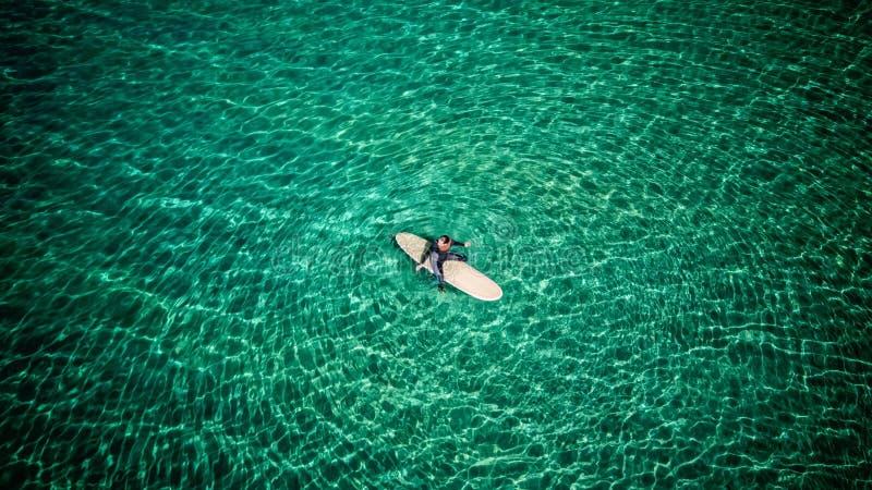 Vue aérienne d'une fille de surfer photos stock