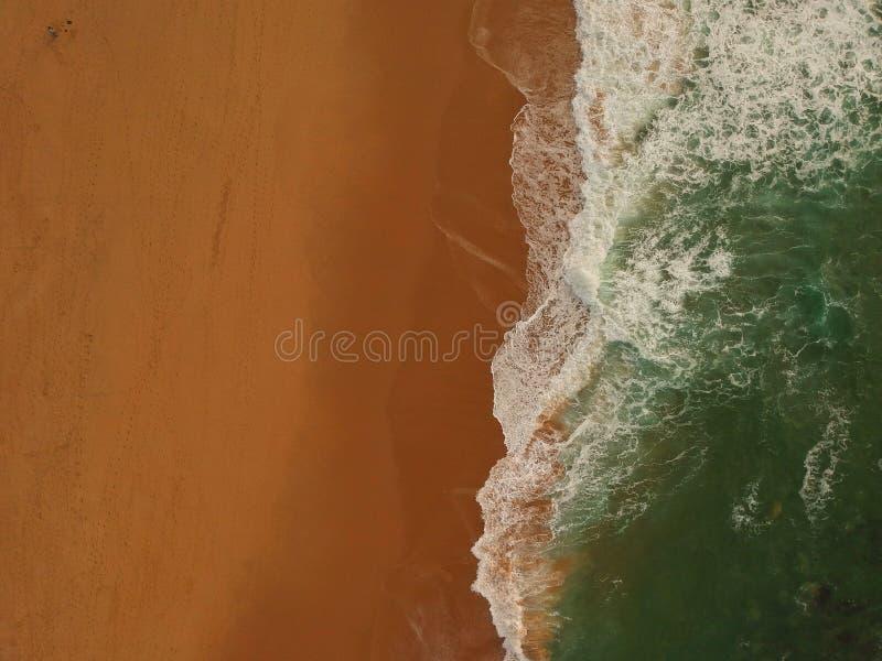 Vue aérienne d'une grande plage sablonneuse avec des vagues Littoral portugais photos libres de droits