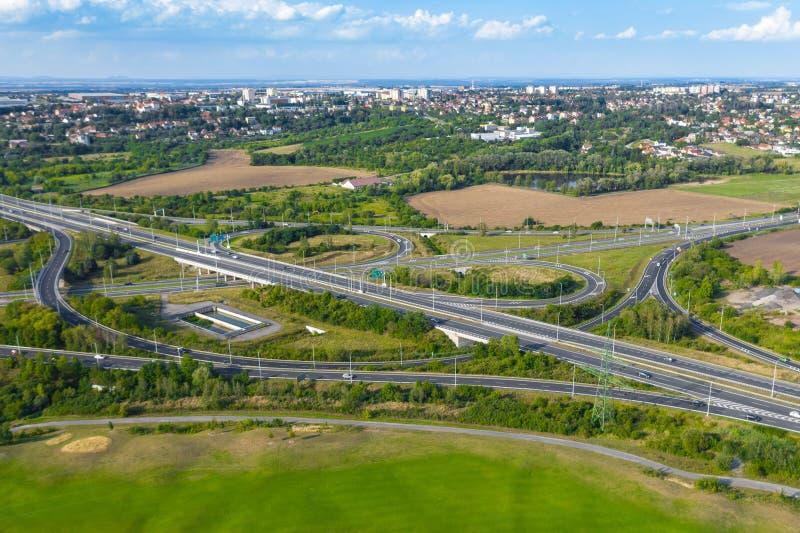 Vue aérienne d'une intersection d'une route dans la montagne près de la ville image stock