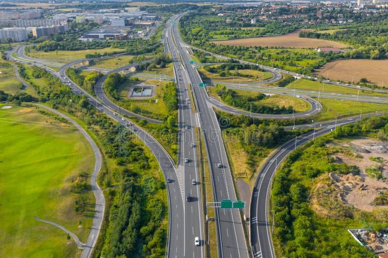 Vue aérienne d'une intersection d'une route dans la montagne près de la ville images stock