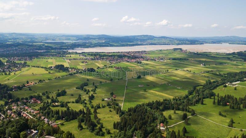 Vue aérienne d'une petite ville dans les montagnes alpines photographie stock libre de droits