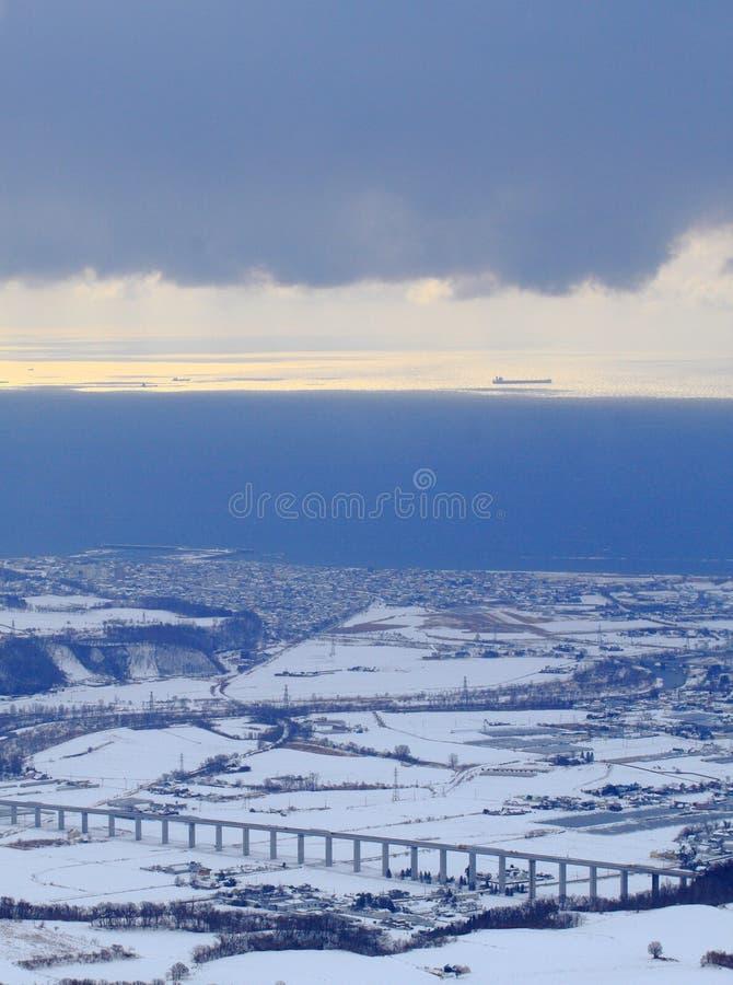 Vue aérienne d'une petite ville par la mer image libre de droits