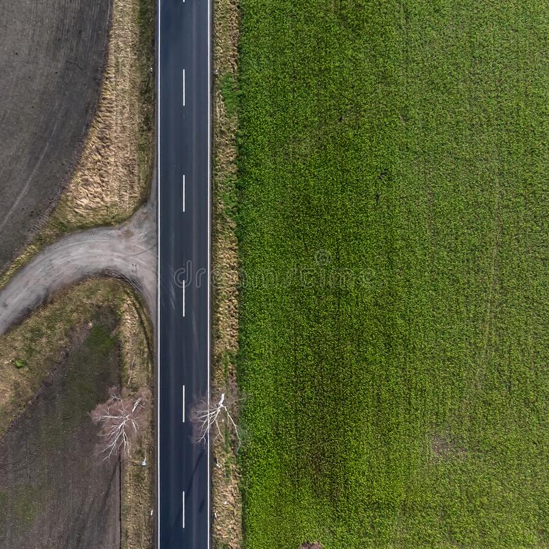 Vue aérienne d'une route de campagne asphaltée en Allemagne avec des terres cultivables sur du pré gauche et vert du côté droit L image libre de droits