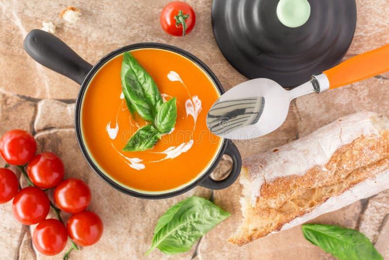 Vue aérienne d'une soupe à tomate image libre de droits