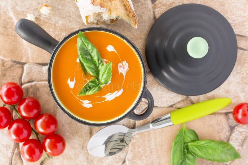 Vue aérienne d'une soupe à tomate dans une cocotte en terre noire, WI bruinés photos stock