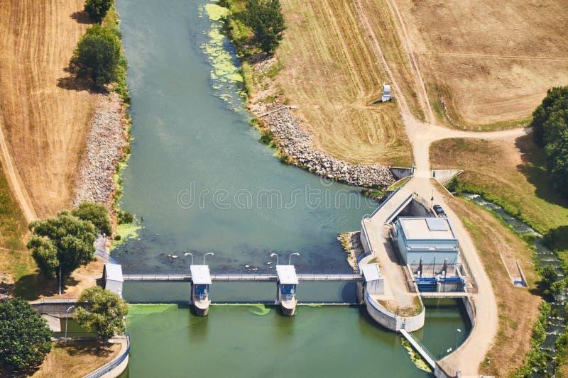 Vue aérienne d'une usine de barrage de rivière photographie stock