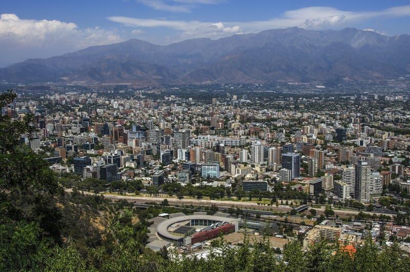 Vue aérienne d'une ville et de la montagne des Andes à l'arrière-plan, Santiago, Chili photos stock