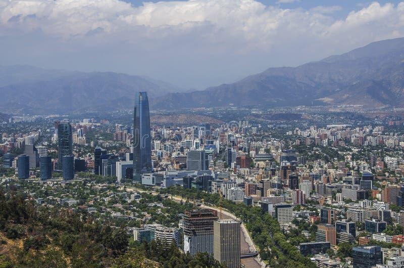 Vue aérienne d'une ville et de la montagne des Andes à l'arrière-plan, Santiago, Chili photographie stock