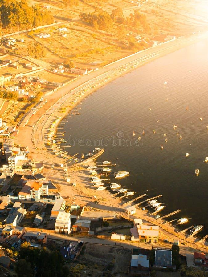 Vue aérienne de baie de lac Titicaca dans Copacabana, Bolivie, Amérique du Sud photos libres de droits