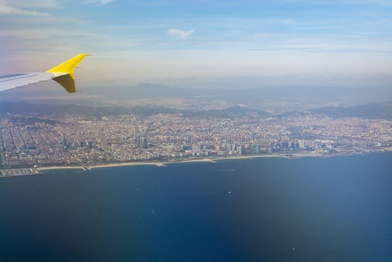 Vue aérienne de Barcelone avec l'aile et le port de ligne aérienne de Vueling photos libres de droits