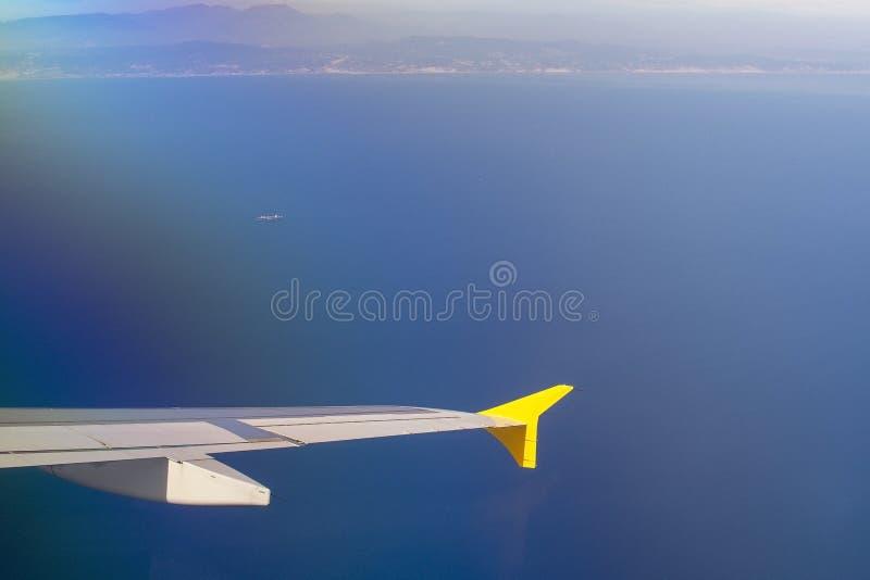 Vue aérienne de Barcelone avec l'aile et le port de ligne aérienne de Vueling image libre de droits