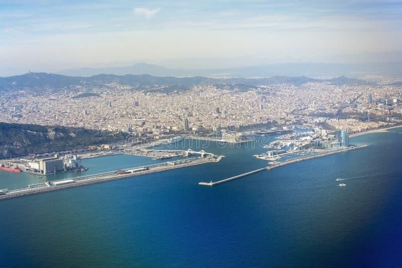 Vue aérienne de Barcelone avec de la La gauche Sagrada Familia de ferries photographie stock