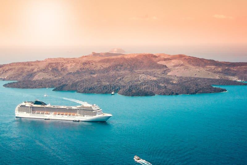 Vue aérienne de bateau de croisière de touristes de luxe moderne dans la baie de Santorini, Grèce photo stock