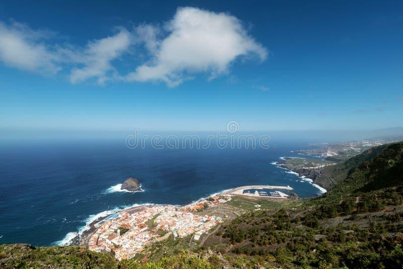 Vue aérienne de beau village touristique de Garachico, en île du nord de Ténérife image libre de droits