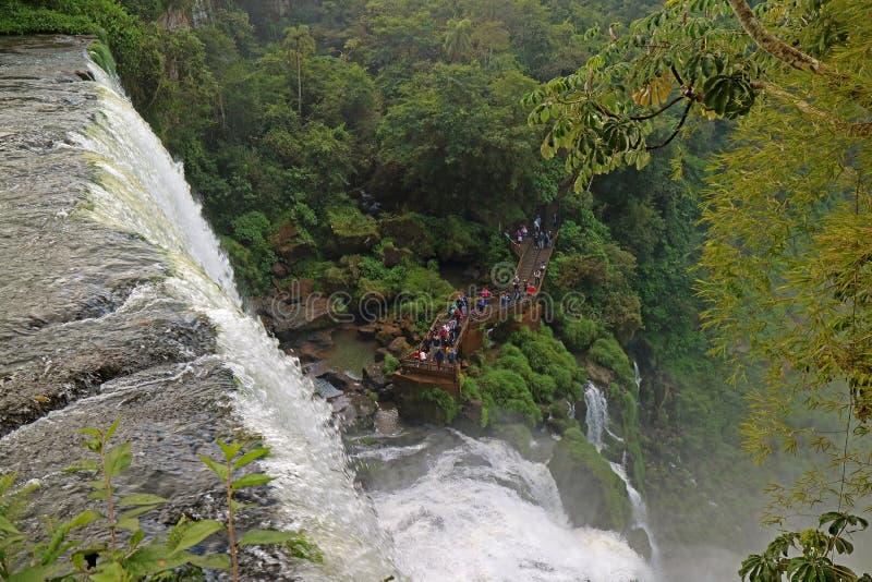 Vue aérienne de beaucoup de personnes découvrant la cascade impressionnante de la promenade, les chutes d'Iguaçu, Puerto Iguazu,  image stock