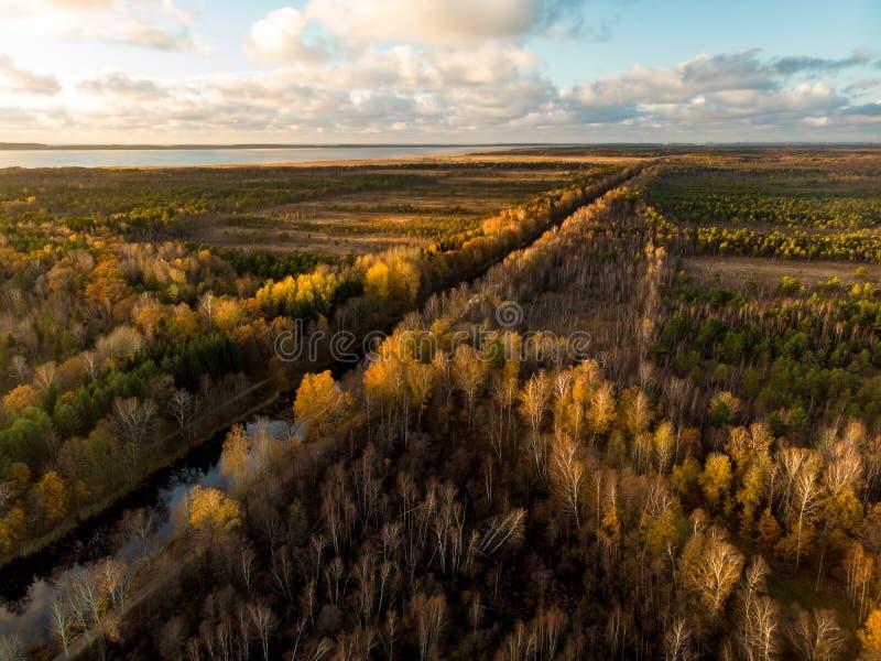 Vue aérienne de bel automne de Channel du Roi Wilhelm, qui relie la rivière Minija et la lagune de Curonian photo libre de droits