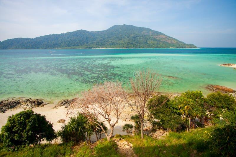 Vue aérienne de belle plage de Koh Lipe contre le ciel bleu Satun, en Thaïlande, eau claire et île de Lipe de ciel bleu, Thaïlande photographie stock