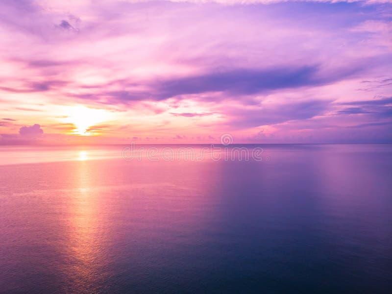 Vue aérienne de belle plage et mer tropicale avec la paume et de tout autre arbre en île de samui de KOH image libre de droits