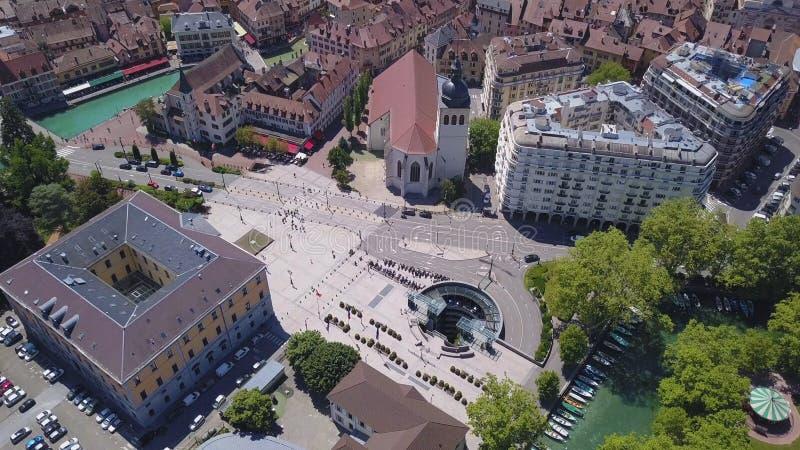 Vue aérienne de belle ville européenne, bâtiments modernes et historiques avec des toits de brique rouge, parcs verts et déplacem photographie stock libre de droits