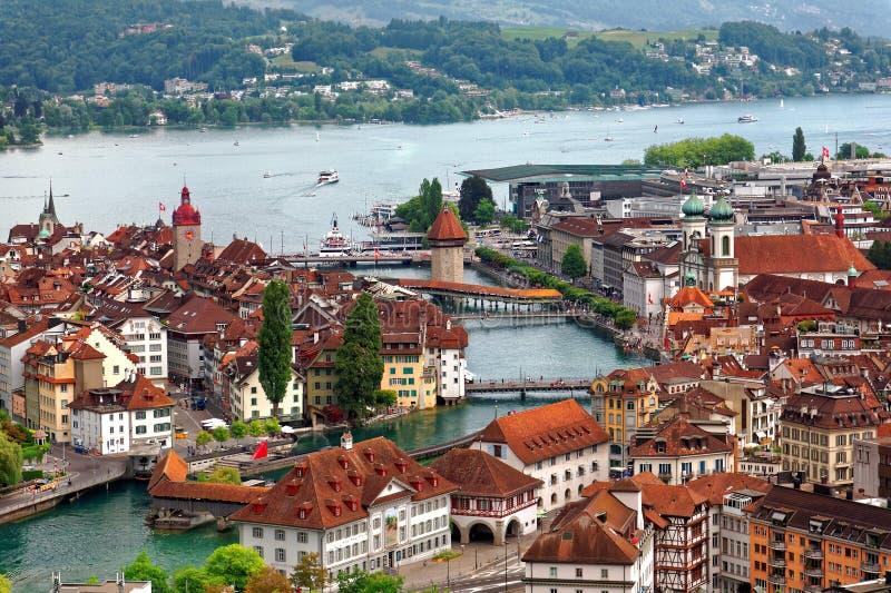 Vue aérienne de belle ville de luzerne par le bord de lac avec le pont en bois Kapellbrucke de chapelle images stock