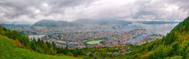 Vue aérienne de Bergen, Norvège Vue panoramique de centre de la ville, de port de Vagen et de Puddefjorden photographie stock libre de droits