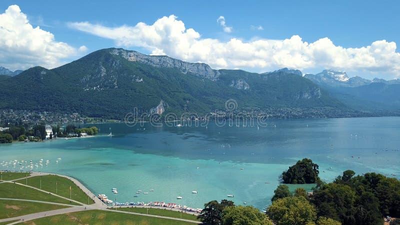 Vue aérienne de bord de la mer stupéfiant de ville près de l'eau de mer claire, des yachts et des grandes vieilles montagnes sur  photo stock