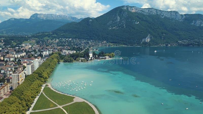 Vue aérienne de bord de la mer stupéfiant de ville près de l'eau de mer claire, des yachts et des grandes vieilles montagnes sur  photos libres de droits