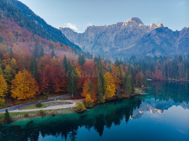 Vue aérienne de bourdon au-dessus de paysage automnal dans le lac Fusine, Italie photographie stock libre de droits