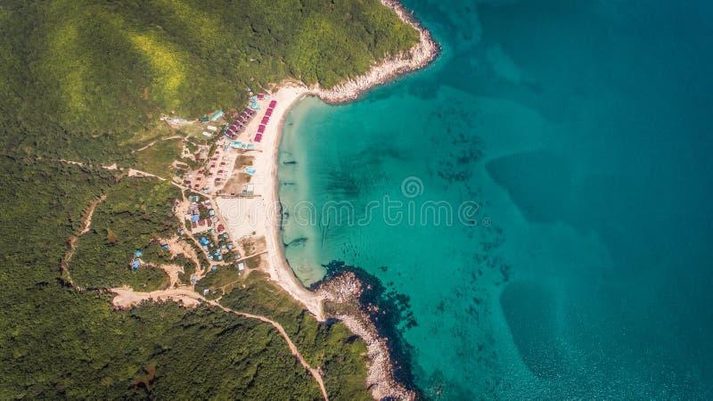 Vue aérienne de bourdon de ci-dessus sur la belle baie images libres de droits