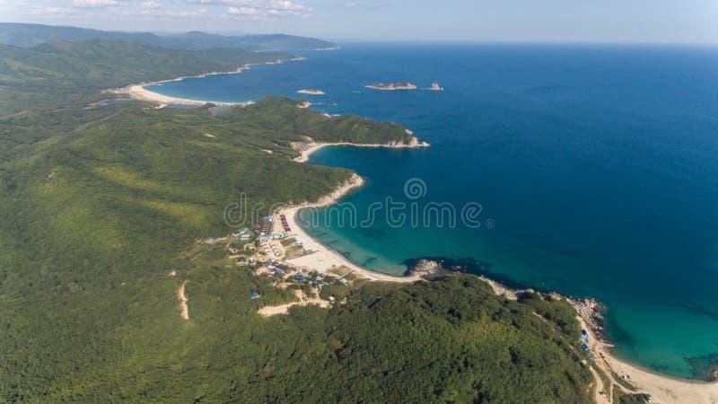 Vue aérienne de bourdon de ci-dessus sur la belle baie de l'eau bleue le jour ensoleillé photographie stock libre de droits