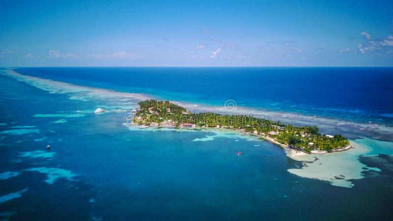 Vue aérienne de bourdon d'île tropicale de Caye de l'eau du sud en barrière de corail de Belize photo libre de droits