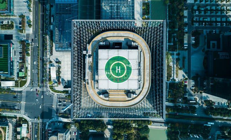 Vue aérienne de bourdon d'héliport sur le toit d'un centre ville d'iin de gratte-ciel avec la vue de paysage urbain le jour ensol photographie stock