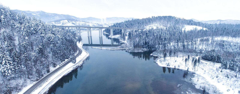 Vue aérienne de bourdon d'un beau lac dans la montagne pendant l'horaire d'hiver photos stock