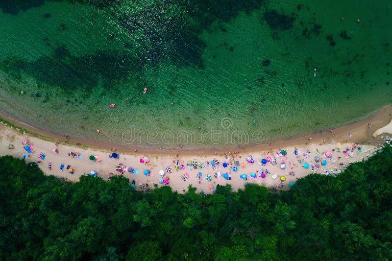 Vue aérienne de bourdon d'une belle plage avec le sable et l'umbre blancs photos stock