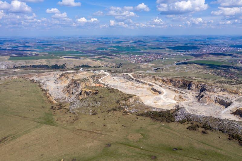 Vue aérienne de bourdon d'une carrière de chaux, mine d'exploitation à ciel ouvert image libre de droits