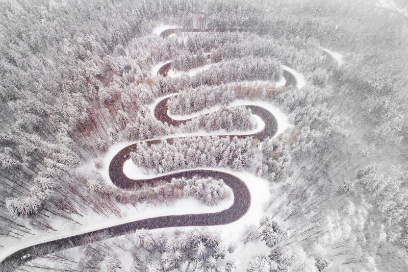 Vue aérienne de bourdon d'une route de serpent en Roumanie, route Brasov de Cheia photographie stock
