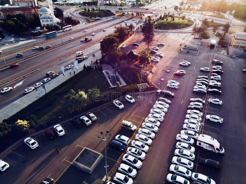 Vue aérienne de bourdon de parking et de route de ville d'Istanbul Filtre magenta filtré images stock