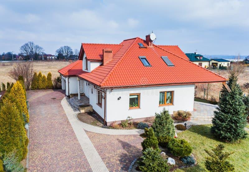 Vue aérienne de bourdon sur la maison unifamiliale image libre de droits