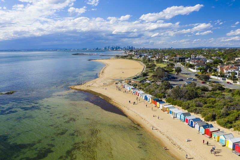 Vue aérienne de Brighton Bathing Boxes et de Melbourne CBD image libre de droits