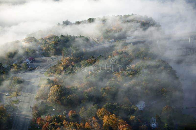 Vue aérienne de brouillard au-dessus de Bath, Maine image libre de droits